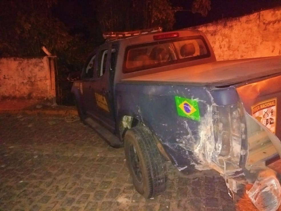 Caminhonete da Força Nacional bateu contra o muro da casa durante uma perseguição em Pirangi (Foto: Acson Freitas/Inter TV Cabugi)