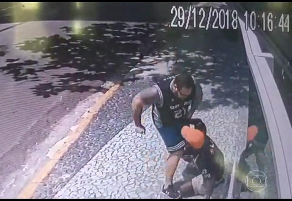 Agressão foi filmada por câmera de segurança de edifício em Boa Viagem — Foto: Reprodução/TV Globo