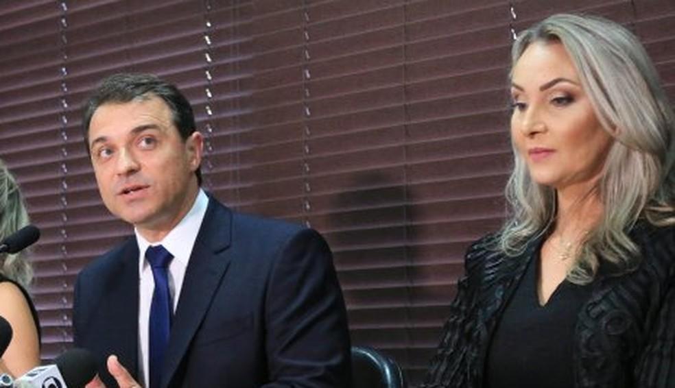 Governador Moisés e a vice, Daniela Reinehr, durante posse na Alesc: agora, ambos são alvo de processo de impeachment — Foto: Júlio Cavalheiro/Secom