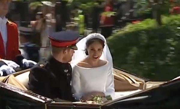 O instante no qual a atriz Meghan Markle teria dito um palavrão ao ficar impressionada com o público que a aguardava na saída de seu casamento com o Príncipe Harry (Foto: Reprodução)