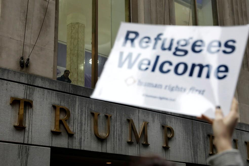 -  Manifestantes protestam na entrada da Trump Tower contra as restrições à entrada de refugiados nos EUA  Foto: Lucas Jackson/Reuters