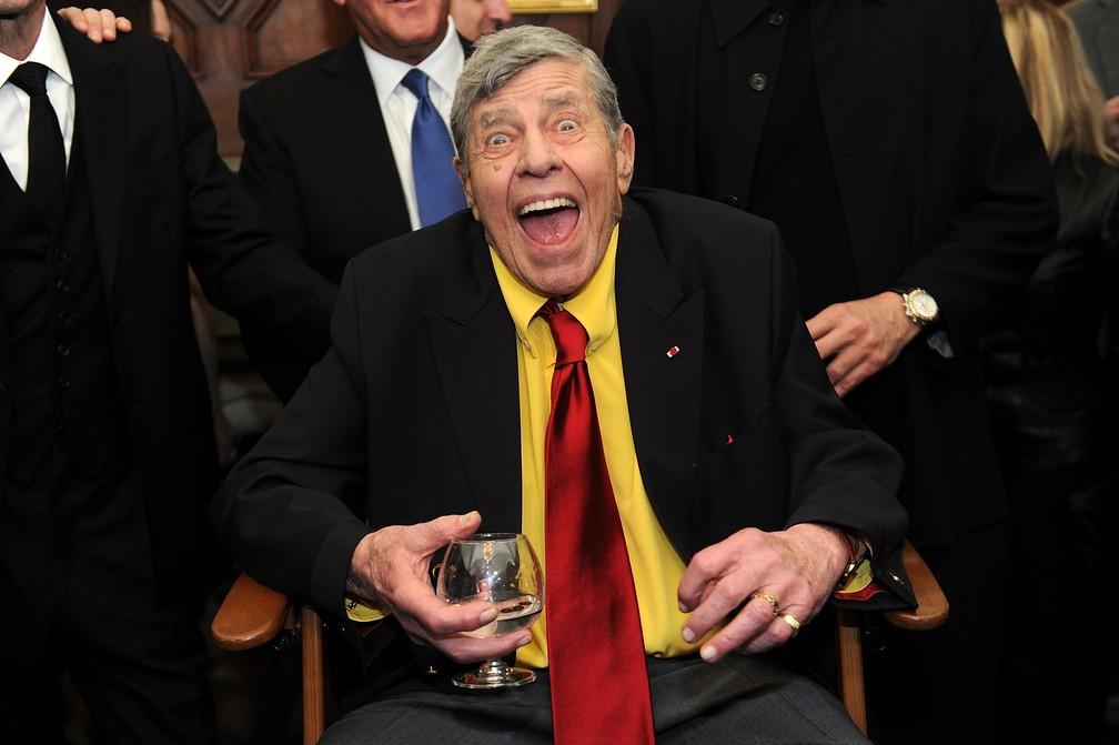 Jerry Lewis brinca com a imprensa pouco antes de sua festa de  90º aniversário, em Nova York, em abril de 2016 (Foto: Brad Barket/AP)