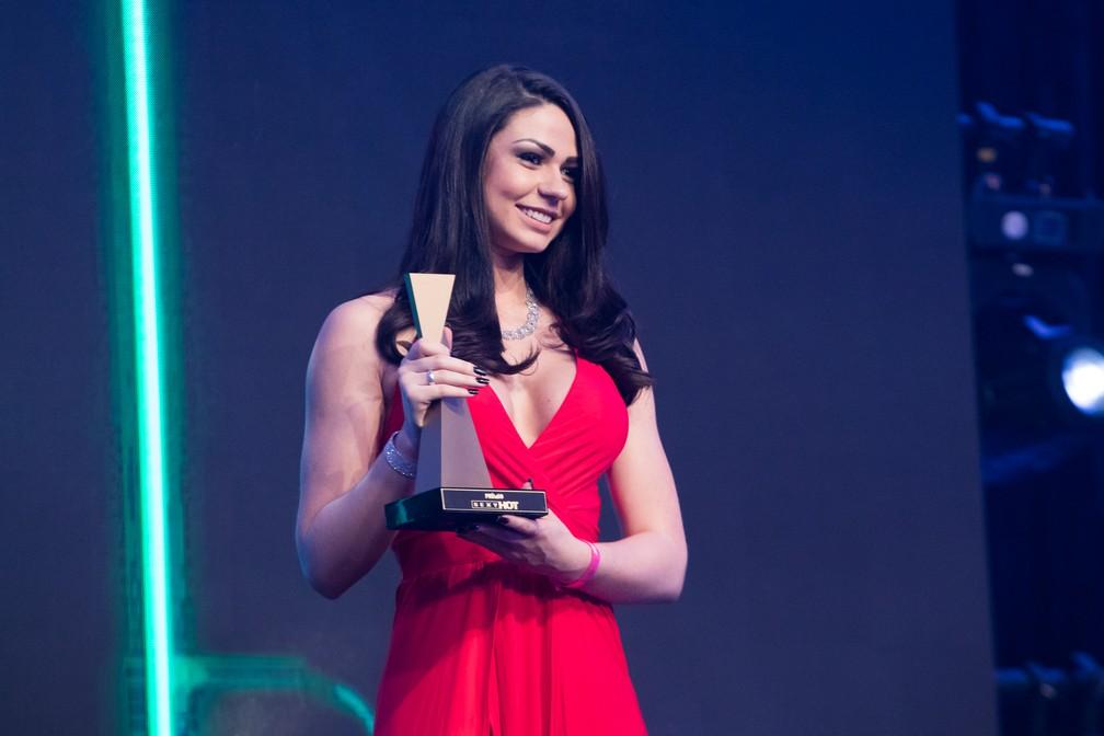 A tímida Danny Mancinni mostra o troféu de Revelação do Ano ? Hétero no Prêmio Sexy Hot 2018 ? Foto: Celso Tavares/G1