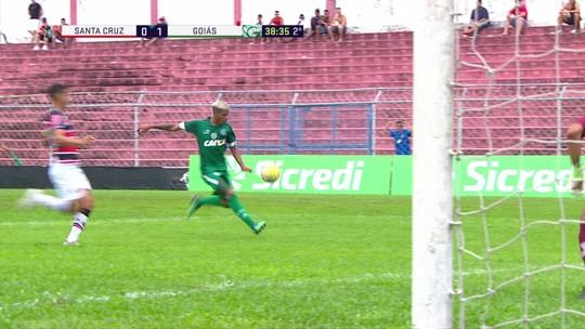 Flavinho recebe na área e chuta para bela defesa do goleiro, aos 39 do 2º tempo