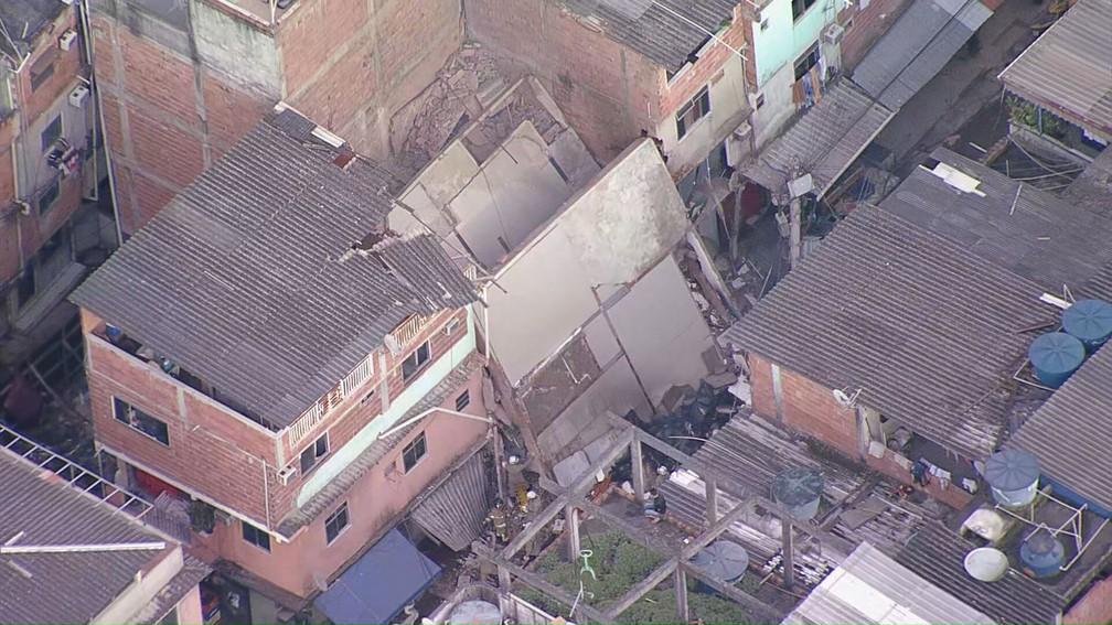 Prédio de quatro andares desabou em Rio das Pedras, na Zona Oeste do Rio — Foto: Reprodução / TV Globo