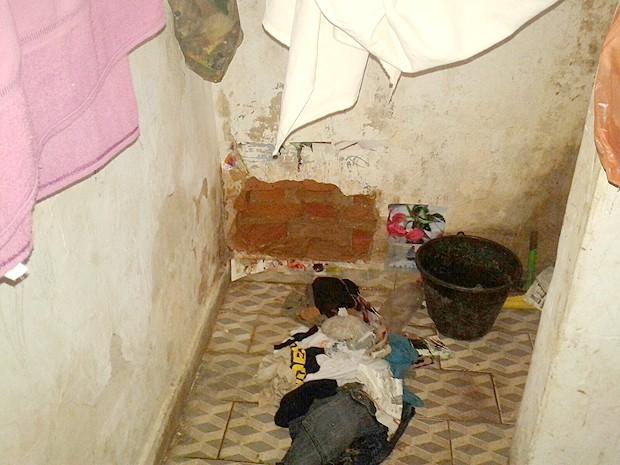 Buraco foi encontrado na cela 3 da delegacia de Dom Pedro, MA (Foto: Divulgação / 18º BPM)