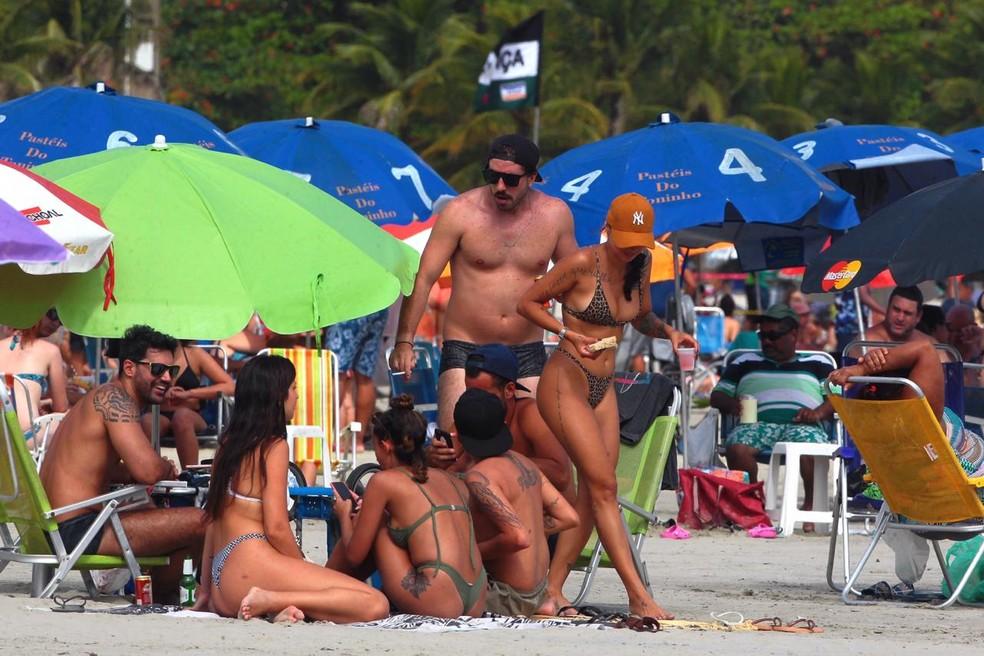 Banhistas estavam aglomerados na faixa de areia de praia de Santos, SP — Foto: Matheus Tagé/Jornal A Tribuna