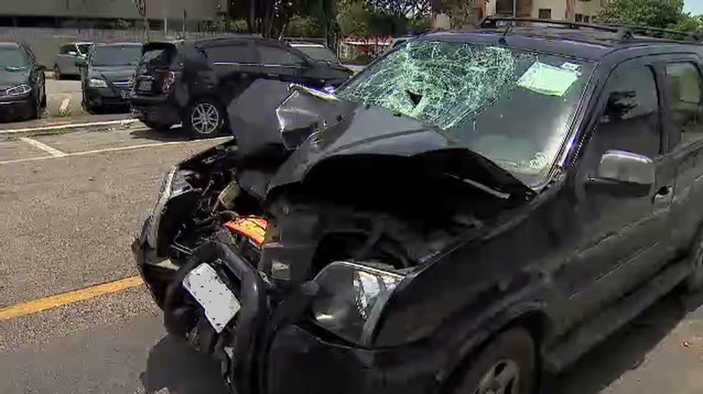 Carro fica destruído em acidente (Foto: Reprodução/TV Vanguarda)