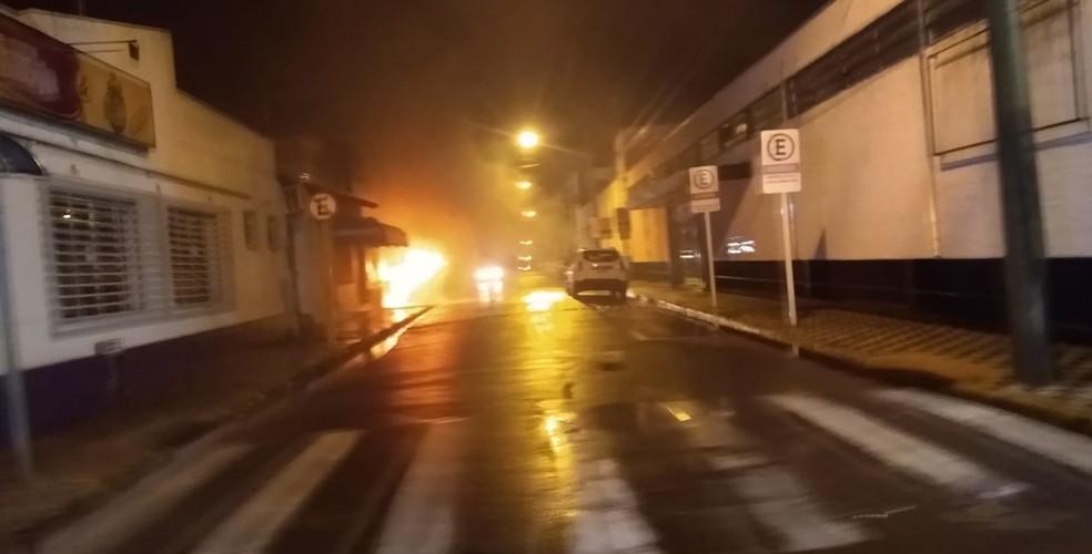 Imagem de incêndio provocado por criminosos em Botucatu — Foto: Arquivo pessoal