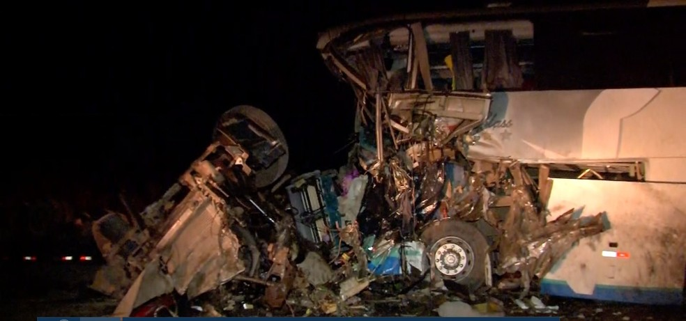 Acidente entre carreta e ônibus matou quatro pessoas e deixou 30 feridos na BR-163 em Diamantino — Foto: TV Centro América