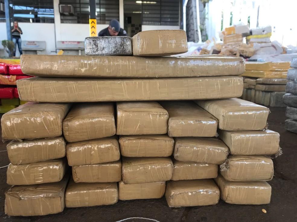 Centenas de tijolos de maconha foram apreendidos na carroceria do caminhão em Botucatu (Foto: Murilo Barbosa / TV TEM )