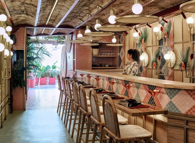 Situado na Espanha, o Kaikaya traz o design e a gastronomia do Japão e do Brasil (Foto: Luis Beltran/ Dezeen/ Reprodução)