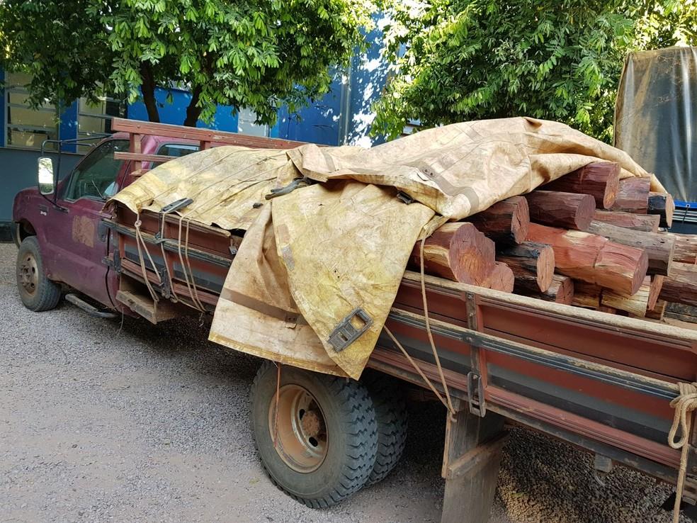 Caminhão com madeira foi apreendido e levado para sede da Polícia Federal (Foto: Polícia Federal/Divulgação)