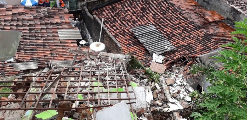 Casa desaba e destroços atingem outro imóvel em comunidade da Zona Leste de Natal - Notícias - Plantão Diário