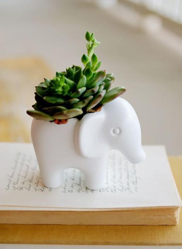 Lembrancinhas com plantas: Se a festa for temática, mande produzir uma miniatura em porcelana do tema e abrigue plantinhas (Foto: Pinterest/Reprodução)