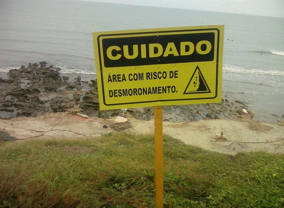 Placas indicavam risco de desmoronamento na região da Pedra do Chapéu — Foto: Cedidas