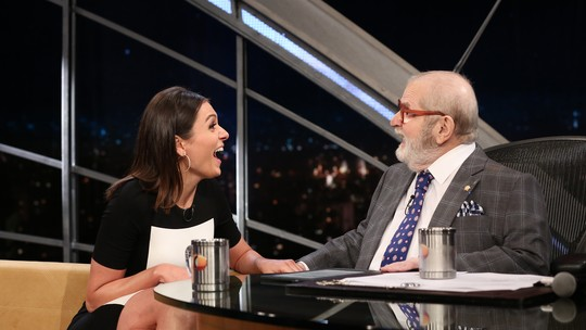 Monica Iozzi ganha televisão de Jô Soares e brinca: 'Sou apaixonada pelo gordinho'