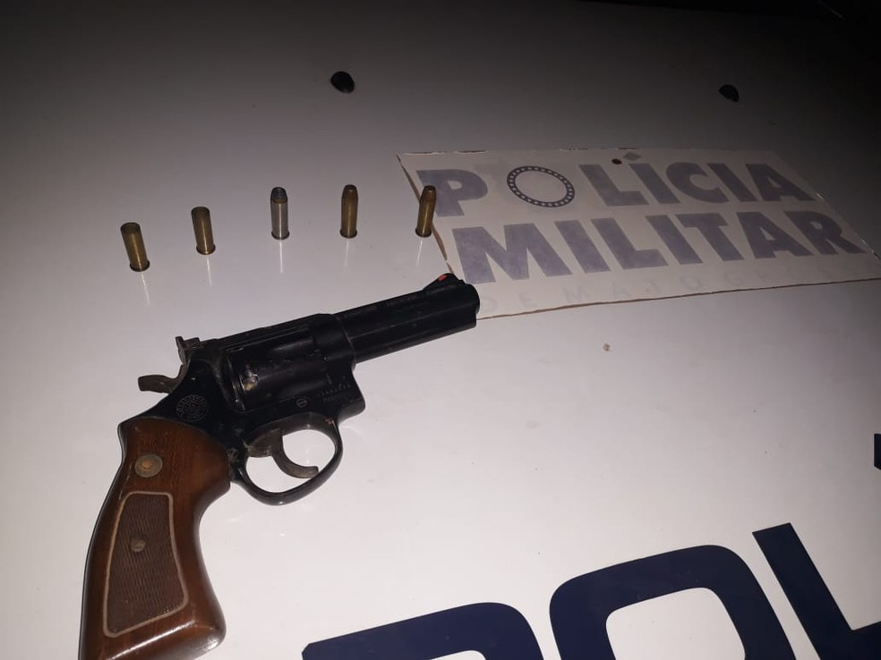Arma usada no crime foi apreendida pela polícia — Foto: Polícia Militar
