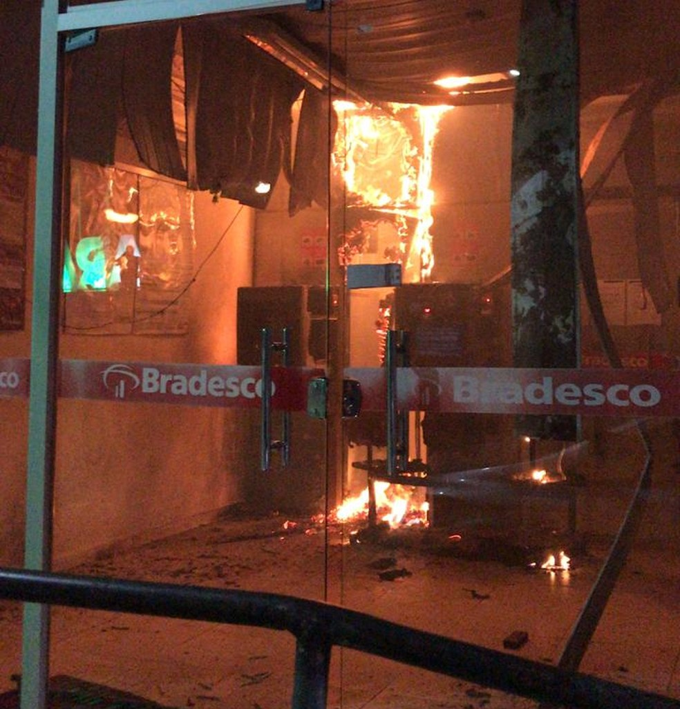 Agência bancária da cidade de Aratuba, no interior do Ceará, teve os caixas eletrônicos violados e foi incendiada na noite deste domingo (6). — Foto: Arquivo pessoal