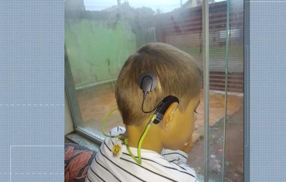 Mãe faz apelo para que ladrões devolvam aparelho auditivo de filho, em Campo Grande. — Foto: TV Morena/ Reprodução