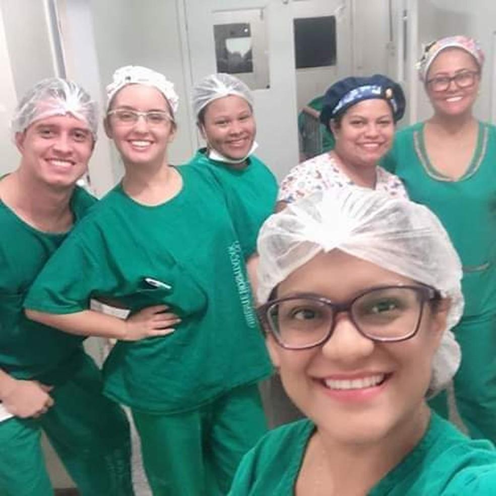 Enfermeira Mara Pereira, na parte da frente da foto, foi quem registrou o momento em que a técnica estava com a criança na maca — Foto: arquivo pessoal/Marlene Carvalho
