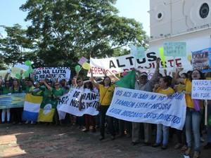 Mais de 300 manifestantes pedem reajuste salarial (Foto: Catarina Costa/G1)