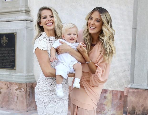 Karina Bacchi e Ticiane Pinheiro, madrinha de Enrico (Foto: Manuela Scarpa/Brazil News)