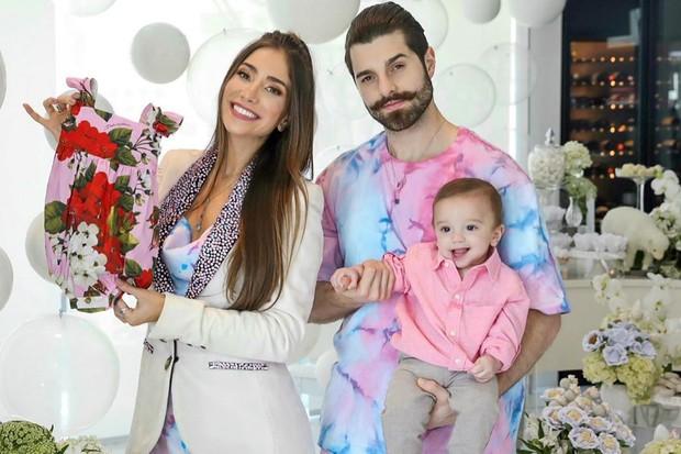 Alok e Romana Novais mostram primeiro look grifado da filha. | JOÃO BIOTT