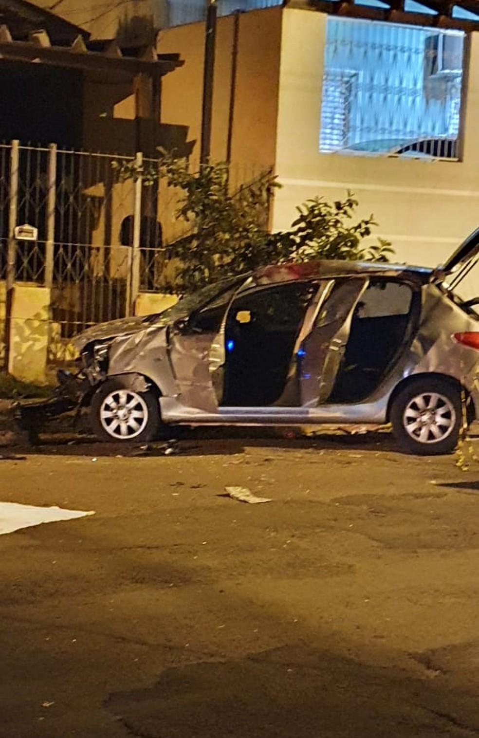 Carro em que casal estava ficou danificado — Foto: PM/Divulgação