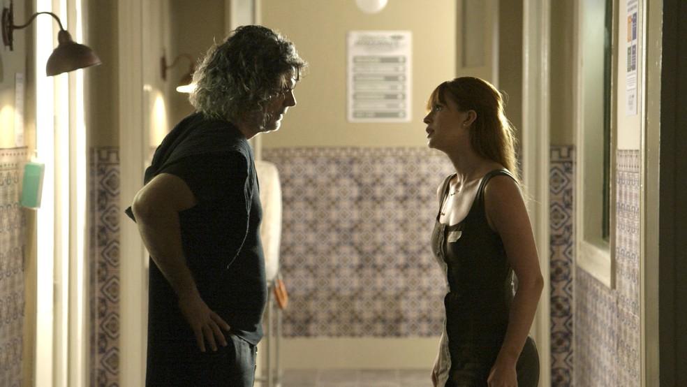 Luz (Marina Ruy Barbosa) pressiona León em forma humana (Eduardo Moscovis) para saber qual a relação dele com Sóstenes (Marcos Caruso) — Foto: TV Globo