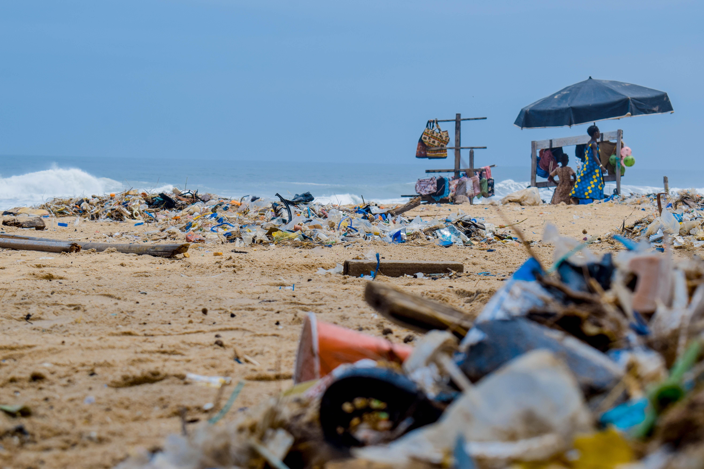 Modelo científico sugere que mais de 2,2 bilhões de toneladas de plástico serão queimadas a céu aberto até 2040 (Foto: Lucien Wanda / Pexels)