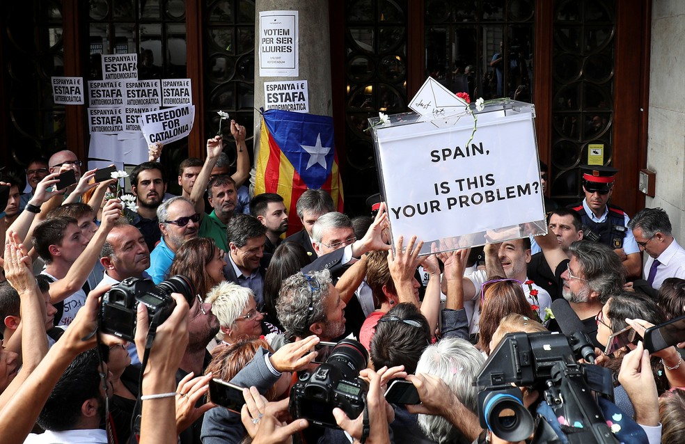 Multidão protesta contra prisão de  Josep Maria Jové em Barcelona (Foto: Albert Gea)