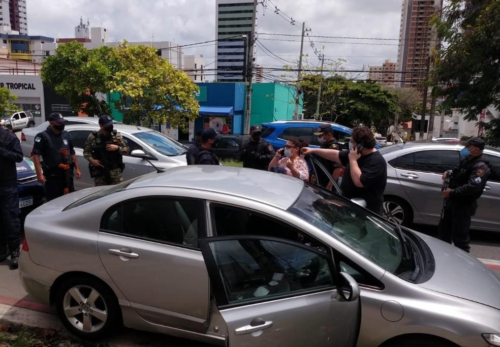 Carro usado pela idosa vítima de falso sequestro em Natal foi interceptado na avenida Prudente de Morais. — Foto: Guarda Municipal/Cedida