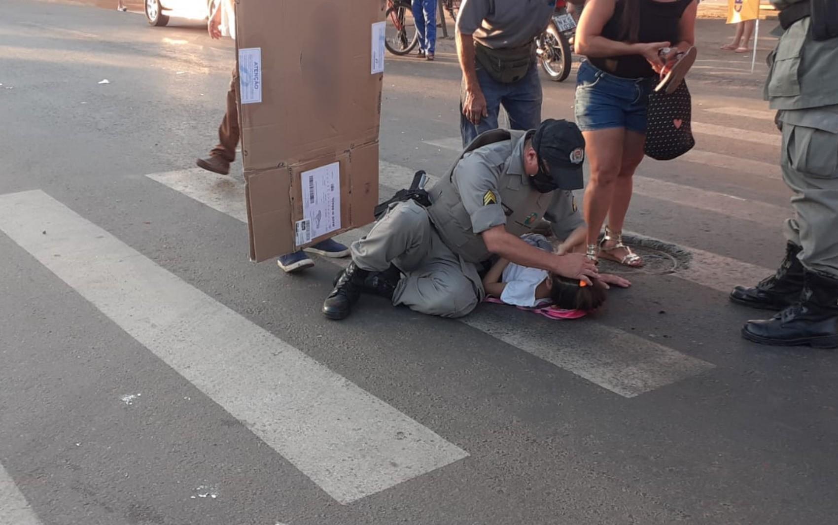 PM faz carinho e conversa para acalmar criança atropelada em faixa de pedestres junto com a mãe em Goiânia; vídeo