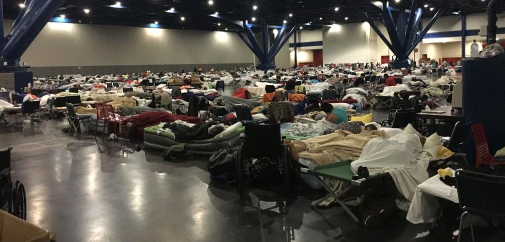 Mais de 8.400 desalojados estão no centro de convenções George R. Brown, em Houston (Foto: Felippe Coaglio/G1)
