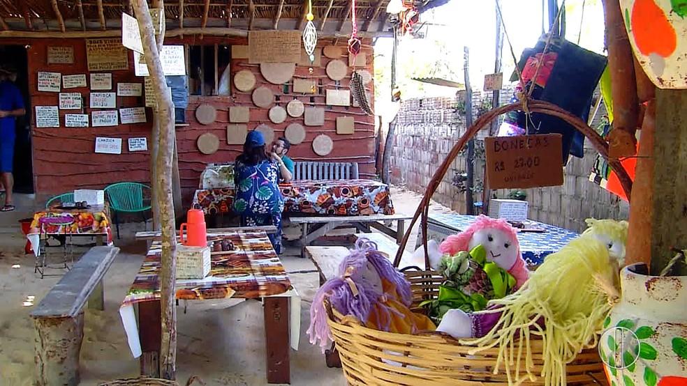 A Casa da Tapioca, na praia Barra de Tabatinga, atrai clientes por ser feita toda de taipa (Foto: Reprodução/Inter TV Cabugi)