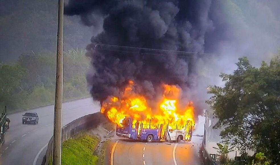 Ônibus foi incendiado em Cubatão (Foto: G1)