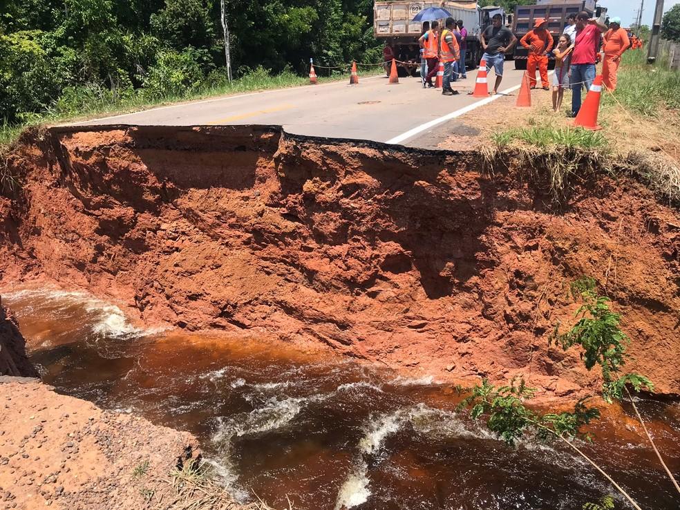 Cratera se abre e interdita rodovia BR-319, no Amazonas — Foto: Jucélio Paiva/Rede Amazônica