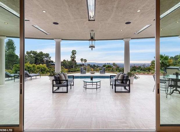 Portas de vidro conectam a área de lazer com a sala (Foto: MLS/ Reprodução)