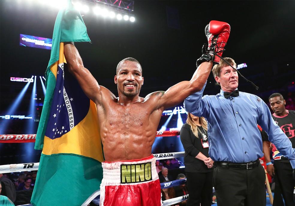 Robson Conceição festeja triunfo com a bandeira brasileira (Foto: Mikey Williams/Top Rank)