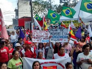 Manifestantes realizam ato em Campina Grande (Foto: Rammom Monte/ G1 PB)