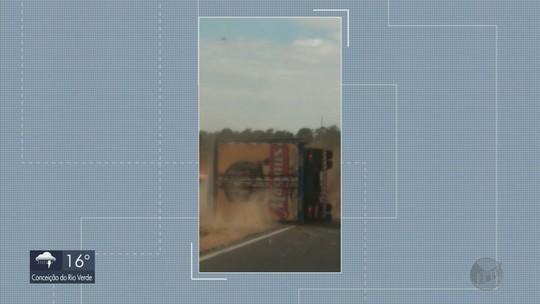 Vídeo flagra momento em que caminhão tomba na BR-491, entre Varginha e Três Corações