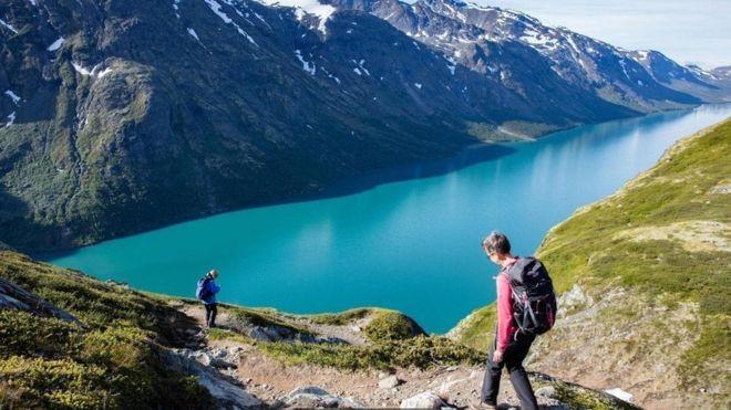 """Os noruegueses abraçam o conceito de friluftsliv, que pode ser traduzido como """"vida a céu aberto"""" (Foto: Alamy/ Via BBC)"""