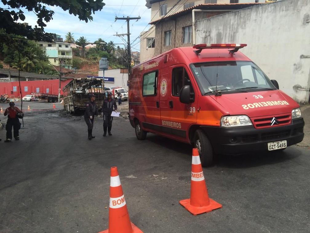 Ônibus pega fogo no bairro da Santa Mônica, em Salvador — Foto: Eduardo Barbosa/TV Bahia