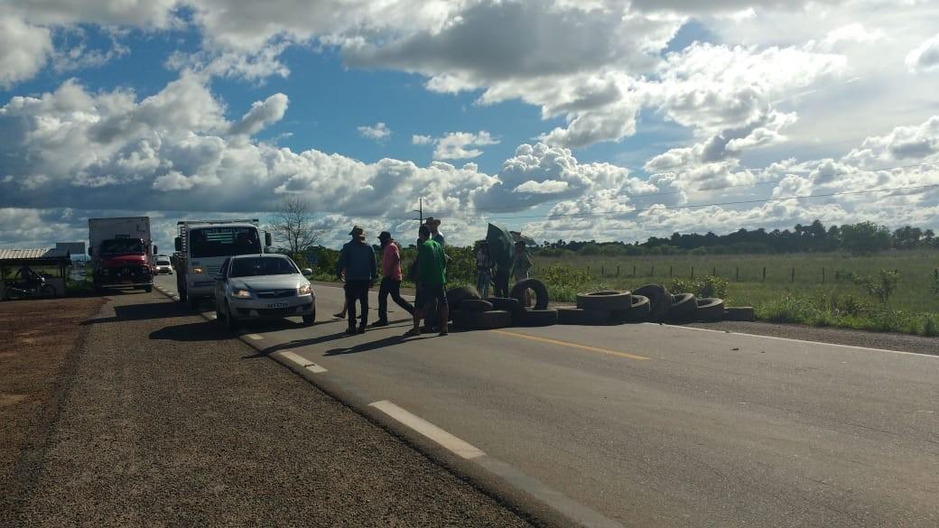 Caminhoneiros mudam lugar de protesto e fecham BR-174 em Roraima contra alta nos combustíveis