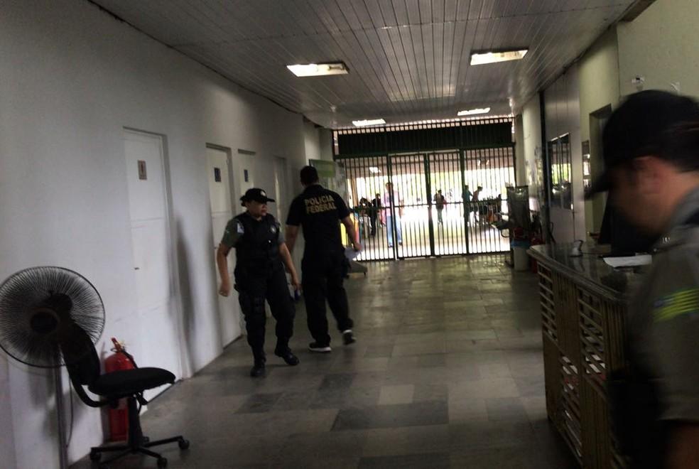 Policiais cumprem mandados na Seduc, em Teresina.  (Foto: Felipe Pereira/TV Clube)