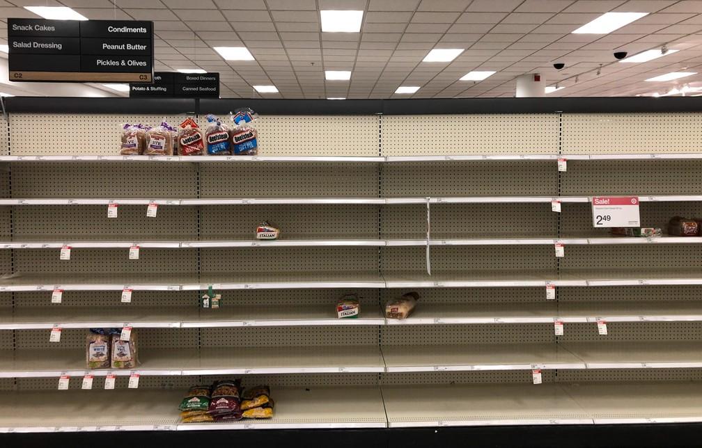 18 de março - Prateleiras de pães normalmente cheias são vistas vazias em um supermercado de Abington, nos EUA — Foto: Matt Rourke/AP