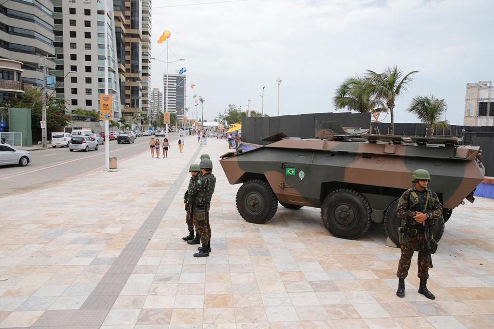 Veículos blindados são usados pelo Exército na segurança das ruas de Fortaleza — Foto: Thiago Gadelha