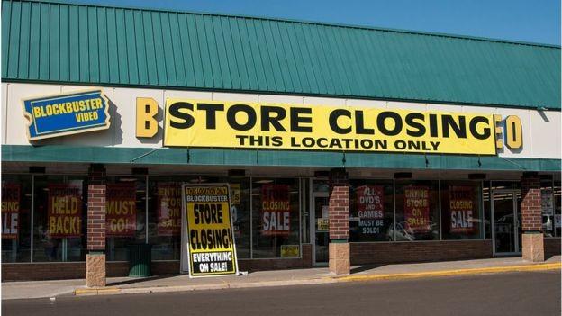 Blockbuster foi à falência: no seu auge, a empresa empregava 84.300 pessoas em todo o mundo e tinha mais de 9 mil lojas (Foto: Getty Images via BBC News Brasil)
