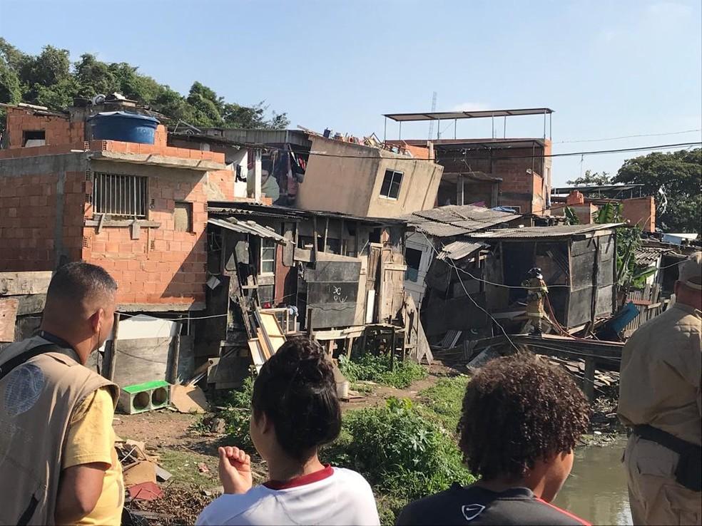 Josué mora em uma das casas atingidas pelo desabamento  — Foto: Alba Valéria Mendonça/G1